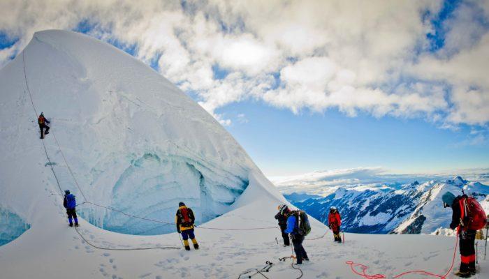 LAGUNA KAÑUHUMA ( 4720 m.a.s.l./15485 feet) – CROSSING OF LLAKAYA ( 5810m.a.s.l./19060 feet) AND CONDORINI (5650m.a.s.l./18536 feet) – LAGUNA PUJO PUJO (4650 m.a.s.l./15255 feet)